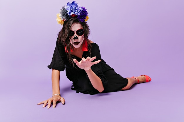 Une sorcière d'apparence inhabituelle est dessinée. photo à l'intérieur d'une femme avec des fleurs bleues dans ses cheveux.