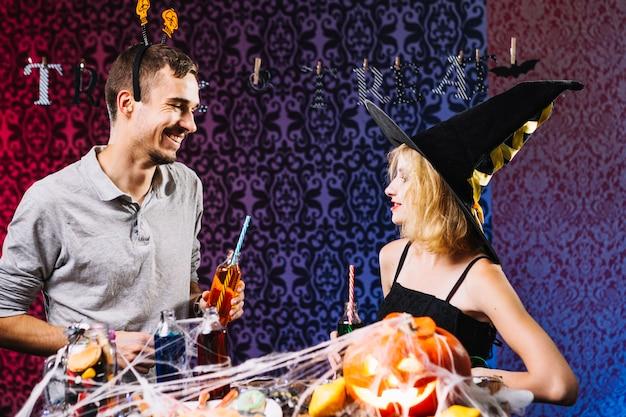 Sorcière et gars qui bavardent la fête d'halloween