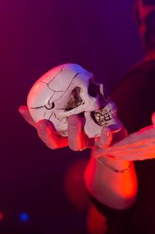 Sorcière d'halloween faisant de la magie avec scull dans les vacances magiques de la nuit d'halloween et concept mystique