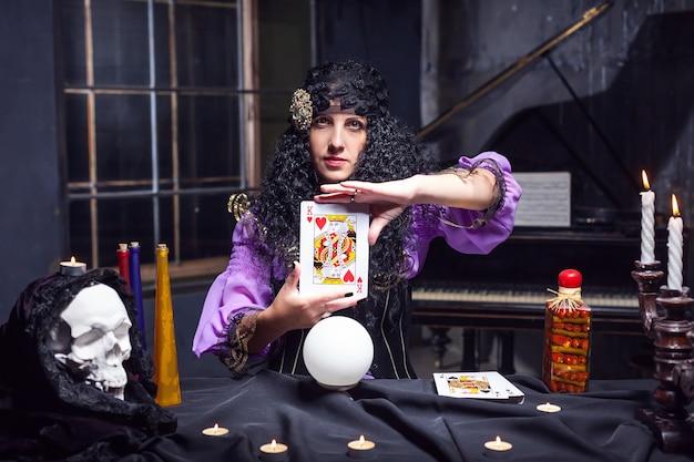 Sorcière en pratiquant la sorcellerie
