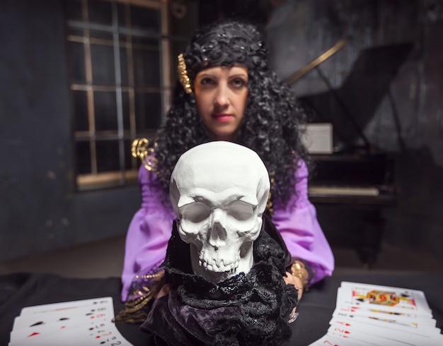 Sorcière pratiquant la sorcellerie