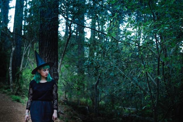 Sorcière sombre dans la forêt sombre
