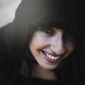 Sorcière souriante au capuchon noir