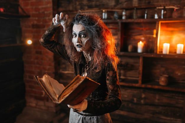 La sorcière tient le livre de sorts, les pouvoirs sombres de la sorcellerie