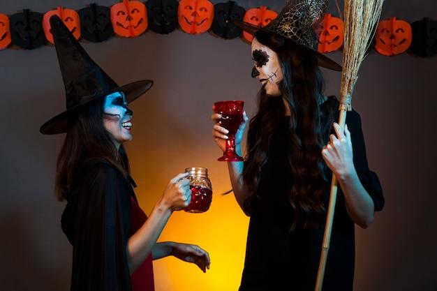 Les sorcières boivent à une fête
