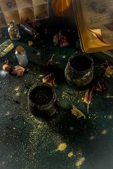 Les sorcières d'halloween brassent de la sangria noire