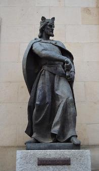 Soria, espagne - 26 septembre 2012 : statue en hommage au roi alphonse viii