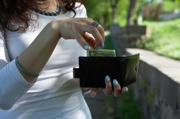 Sort de l'argent de son portefeuille dans la rue