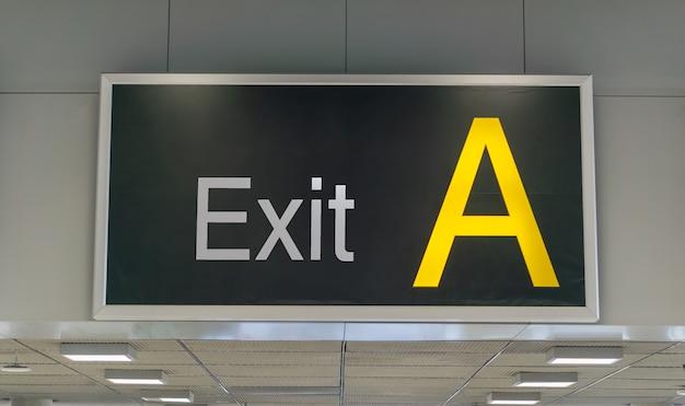 Sortie un panneau à l'aéroport