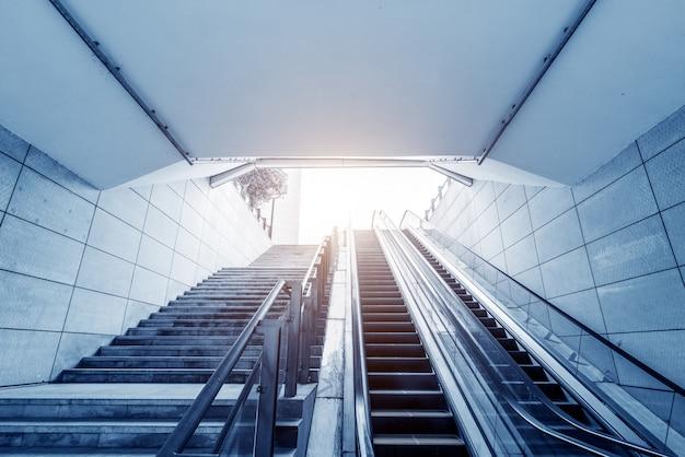 Sortie de la station de métro et escalator