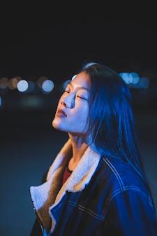 Sortir le concept avec une fille dans la nuit