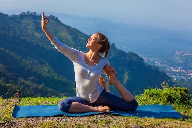 Sorty fit femme faisant du yoga asana à l'extérieur dans les montagnes