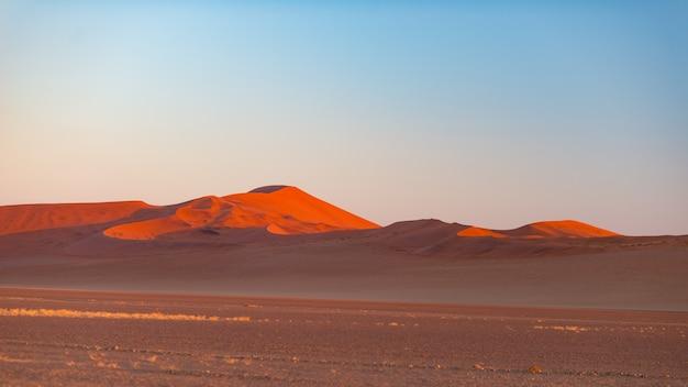 Sossusvlei en namibie, destination de voyage en afrique. dunes de sable.