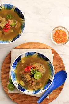 Soto sapi ou soto daging, est une soupe spéciale indonésienne. ce plat à base de bouillon de boeuf avec escalope de viande. menu populaire pour idul adha