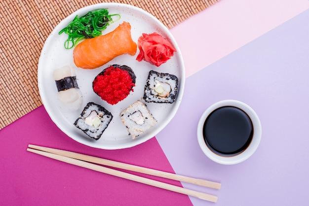 Souce de soja plat et sushi sur table