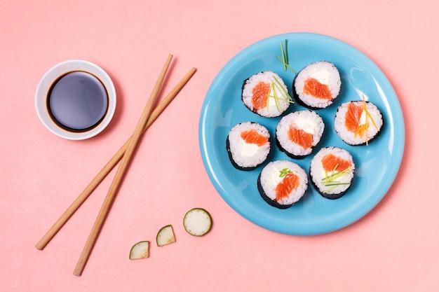 Souce de soja et rouleaux de sushi