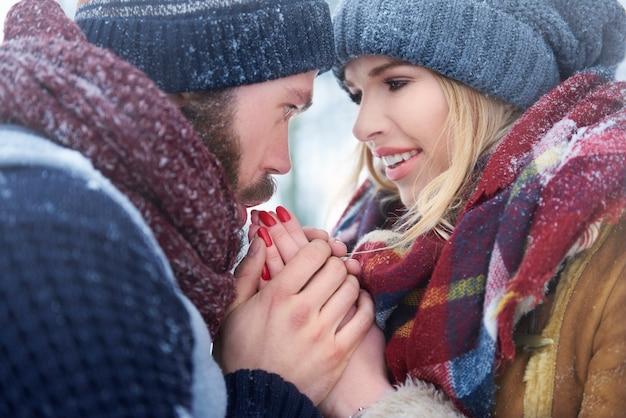 Soucieux de l'état de ses mains en hiver