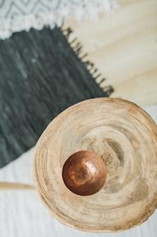 Soucoupe vintage sur table en bois