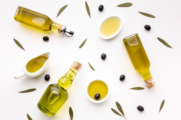 Soucoupes et bouteilles d'huile d'olive