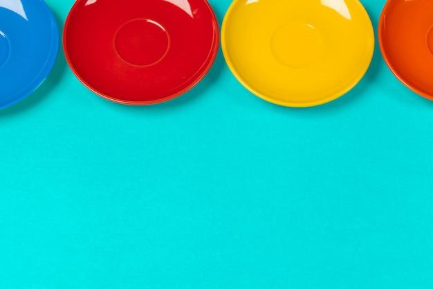 Soucoupes colorées sur un fond lumineux vibrant