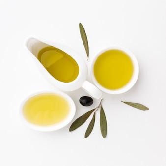 Soucoupes à l'huile d'olive avec des feuilles