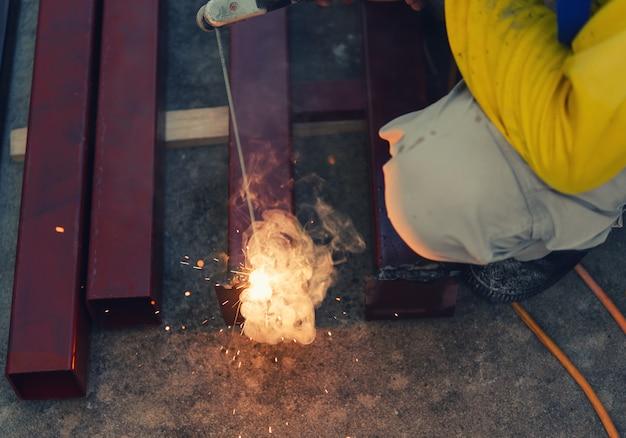 Soudage de l'acier avec de l'électricité