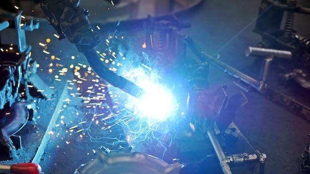 Soudage de l'acier et des étincelles brillantes dans l'industrie de la construction en acier.