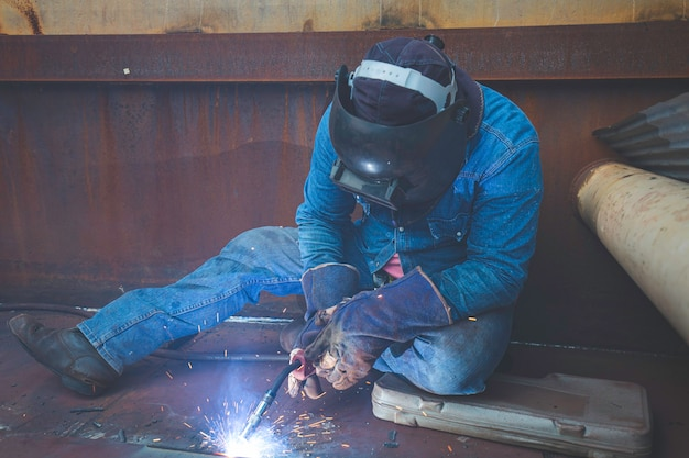 Soudage au gaz inerte (mig) de métal mâle ou soudage d'aciers au carbone de plaques métalliques à la structure. le processus peut être semi-automatique ou automatique.
