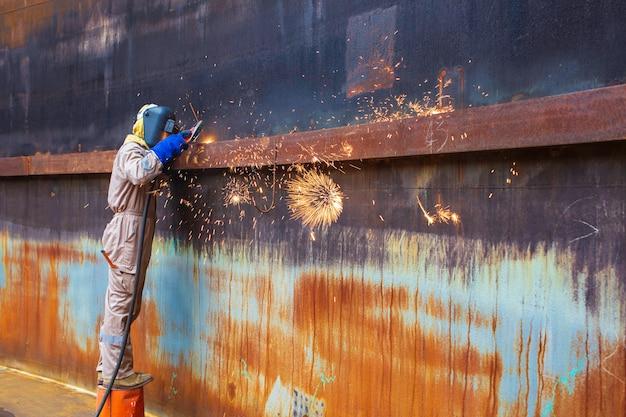 Soudage par gougeage étincelle feu soudeur industriel porter un masque de protection de sécurité construction réparation réservoir huile soudure pour nouvelle pièce dans les spécifications confinées