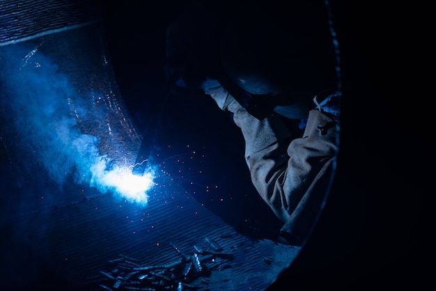 Soudage de structures en acier et d'étincelles brillantes avec len flare dans l'industrie sidérurgique