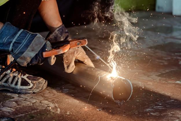 Soudeurs soudage pour préparer l'équipement de construction