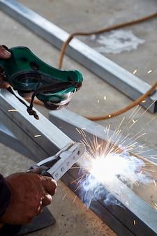 Les soudeurs soudent de l'acier à l'usine