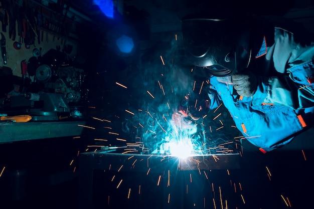 Les soudeurs travaillant à l'usine ont fait du métal