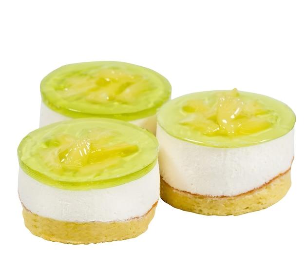 Soufflé délicieux et juteux isolé sur une surface blanche.