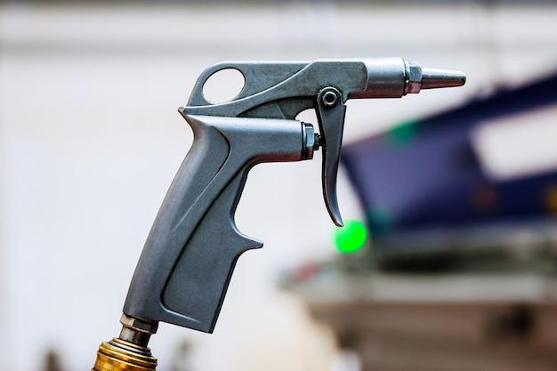 Soufflette, pistolet à compresseur d'air à l'usine.