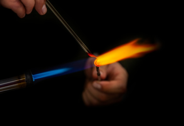 Les souffleurs de verre fabriquent des produits faits à la main