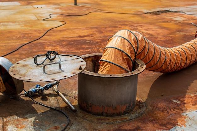 Soufflez de l'air frais dans l'espace confiné du réservoir de stockage d'huile