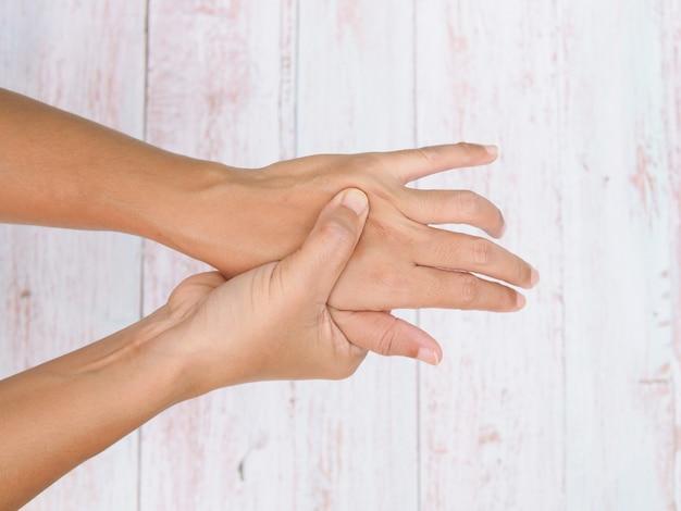 Souffrant de douleurs aux mains et d'engourdissement des nerfs enflammés