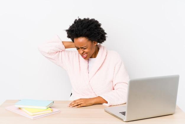Souffrir de douleurs au cou en raison d'un mode de vie sédentaire.