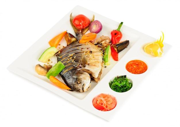 Souhait frit avec des légumes grillés et des sauces