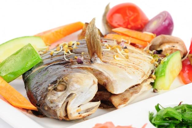 Souhait frit avec des légumes grillés