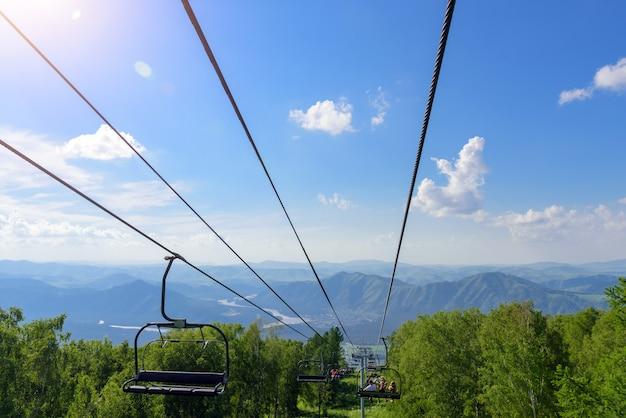 Soulevez dans les montagnes par une journée ensoleillée. vallée de montagne avec téléphérique, vue d'en haut. végétation verte dans les montagnes de l'altaï.