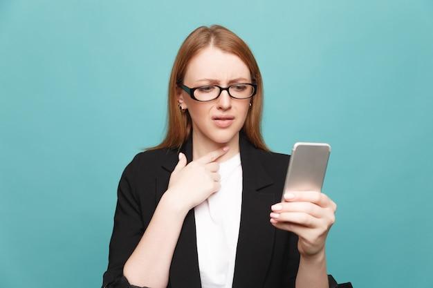 A souligné une femme malheureuse avec un téléphone. concept de mauvaise nouvelle.
