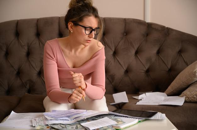 A souligné la femme portant des lunettes noires à la recherche de factures