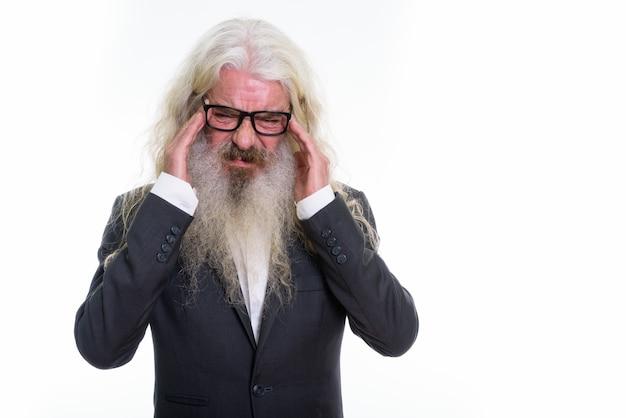 A souligné homme d'affaires barbu senior portant des lunettes