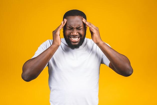 A souligné le jeune homme afro-américain ressentir de la douleur ayant un concept de mal de tête fort, fatigué bouleversé black guy massant les temples souffrant de migraine