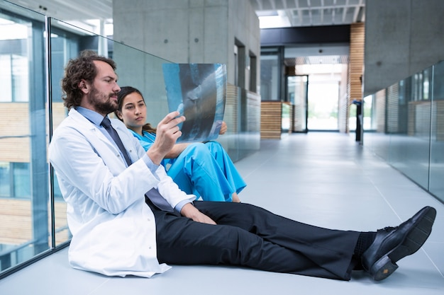 A souligné le médecin et l'infirmière assis sur le sol en examinant le rapport de radiographie