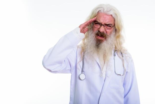 A souligné senior homme barbu médecin ayant headach