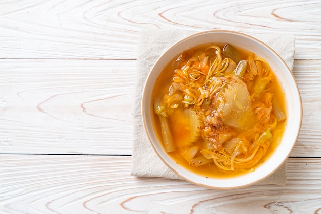 Soupe aigre aux légumes mélangés - style cuisine thaïlandaise