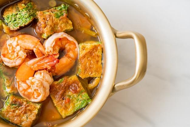 Soupe aigre à base de pâte de tamarin aux crevettes et omelette aux légumes - cuisine asiatique